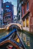 Crogiolo di gondola nella vista del canale di Venezia immagine stock