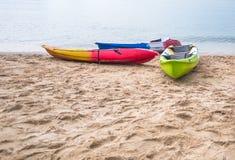 Crogiolo di kajak sulla riva di mare Fotografia Stock Libera da Diritti