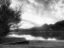 Crogiolo di pagaia capovolto di pesca sulla banca del lago alps Lago autunnale del levelof regolare Fotografie Stock Libere da Diritti