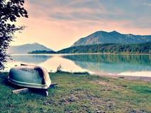 Crogiolo di pagaia capovolto di pesca sulla banca del lago alps Lago autunnale morning Fotografia Stock Libera da Diritti