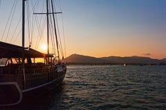 Crogiolo di vela al tramonto Immagine Stock