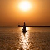 Crogiolo di vela contro il tramonto Immagini Stock Libere da Diritti