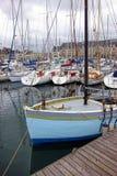 Crogiolo di vela di pesca al bacino della porta in Brittany Francia Immagine Stock