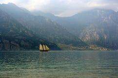 Crogiolo di vela su un lago Fotografia Stock Libera da Diritti