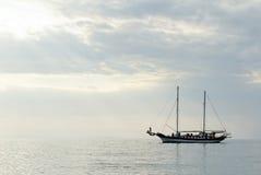 Crogiolo di vela sul mare Fotografia Stock