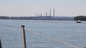 Crogiolo di yacht che galleggia sul fiume stock footage