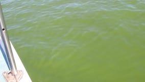 Crogiolo di yacht che galleggia sul fiume archivi video
