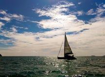 Crogiolo di yacht del catamarano della siluetta in mare Fotografie Stock Libere da Diritti