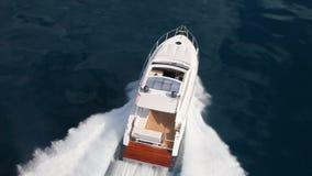 Crogiolo di yacht del motore stock footage
