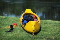 Crogiolo giallo di canoa sulla riva Fotografie Stock