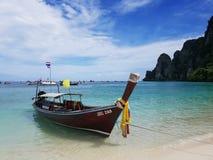 Crogiolo tailandese di taxi di Longtale sulla spiaggia e sul cielo blu bianchi del mare della sabbia Fotografia Stock