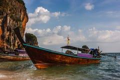 Crogiolo tailandese tradizionale di coda lunga al tramonto in spiaggia di Railay, Krabi, Tailandia Fotografie Stock