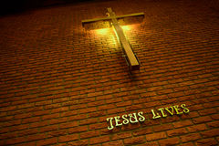 Croisé et a écrit Jesus Lives Photo libre de droits