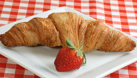 Croisant και φράουλα Στοκ εικόνες με δικαίωμα ελεύθερης χρήσης