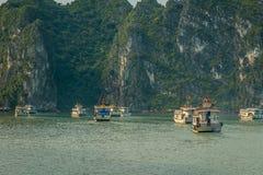 Croisant dans la baie de Halong, le Vietnam Photo stock