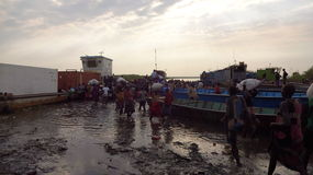 Croisant le Nil, finissant à pied Images libres de droits