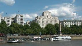 Croisant sur la Tamise, Londres, se dirigeant à Greenwich banque de vidéos