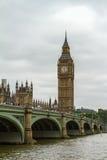 Croisement au-dessus du Parlement britannique Photographie stock