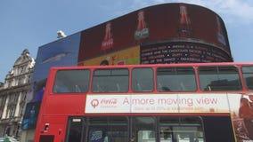 Croisement carré d'autobus à impériale de cirque de Piccadilly avant d'annoncer le panneau banque de vidéos