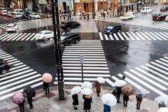 Croisement de attente de personnes à l'intersection de ginza à Tokyo, Japon photo stock
