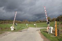Croisement de chemin de fer dans Corbieres, France images stock