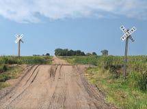 Croisement de chemin de fer de chemin de terre de prairie Photographie stock libre de droits