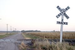 Croisement de chemin de fer de route de campagne Images libres de droits