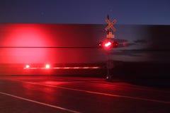 Croisement de chemin de fer la nuit Image stock