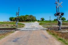 Croisement de chemin de fer sur vieux Texas Country Road image stock