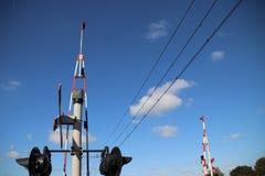 Croisement de chemin de fer avec des barrières, des lumières rouges et des cloches à la piste unique chez Nieuwerbrug aux Pays-Ba image stock