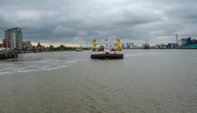 Croisement de ferry de Woolwich au-dessus de la Tamise Photos stock