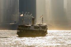 Croisement de ferry Victoria Harbor au crépuscule Photos libres de droits