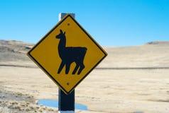 Croisement de lama de panneau routier dans un beau paysage image stock