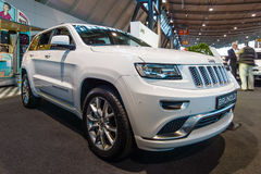 Croisement de luxe de taille moyenne SUV Jeep Grand Cherokee, 2015 Photo stock
