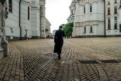 Croisement de moine lui-même dans la cour de Kyiv Pechersk Lavra images stock
