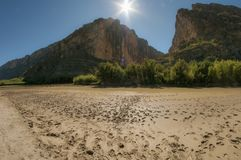 Croisement de Rio Grande River en Santa Elena Canyon images stock