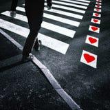 Croisement de route piétonnier avec des coeurs d'amour Image stock