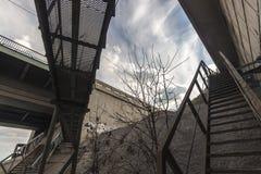 Croisement des escaliers rouillés de fer Photographie stock libre de droits