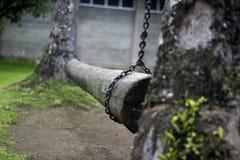 Croisement en bois de houblonnage de rondin avec des chaînes Photos stock