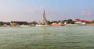 Croisement le fleuve Chao Phraya en le ferry-boat à Wat Arun à Bangkok, Thaïlande banque de vidéos