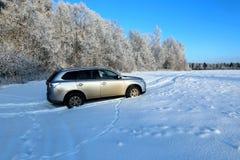 Croisement moderne avec le dégagement élevé au champ couvert de neige images stock