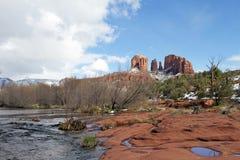 Croisement rouge de roche en hiver image stock