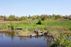 Croisement sur un coup de volée-bateau en bois par le Samara de rivière l'ukraine photographie stock libre de droits