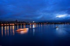 Croiseur dans le fleuve Séoul de Hangang Photographie stock libre de droits