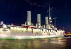 Croiseur de l'aurore la nuit, St Petersburg, Russie images libres de droits