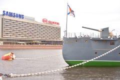 Croiseur de l'aurore sur la rivière de Neva Photographie stock libre de droits