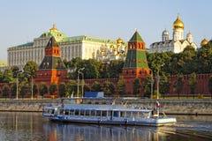 Croiseur de vacances devant le quai de Kremlin Images stock