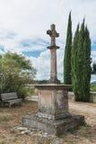Croisez à côté de l'église romane du Saint Pierre dans Larnas Photographie stock