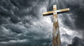 Croisez contre le ciel Joyeuses Pâques Symbole chrétien Photographie stock libre de droits