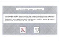 Croisez OUI dans le vote rouge sur le bulletin de vote italien Image stock